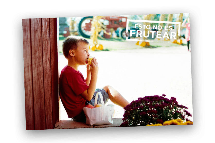 niño comiendo fruta