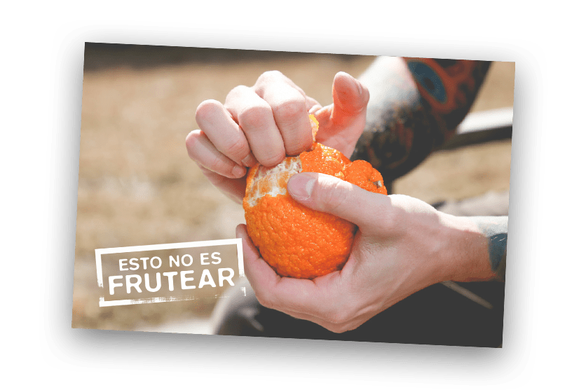 hombre pelando una naranja