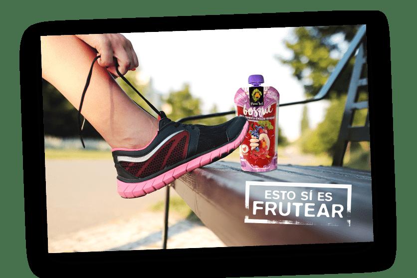 Runner atándose las deportivas con un smoothie pombel